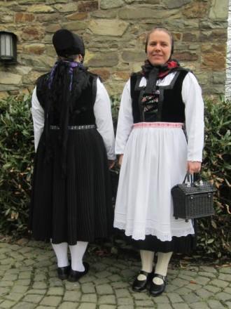 Frau in der Tracht des Breidenbacher Grundes Obergericht