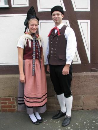 Paar in Niederhessischer Spitzbetzeltracht