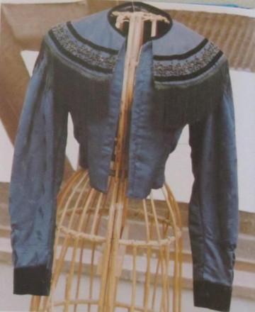 Rotenburger Tracht Blaue Kragenjacke der Frau